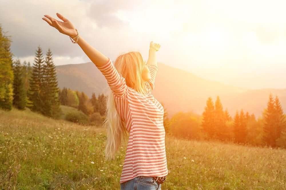 kollarını açmış mutlu kadın