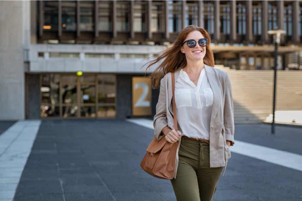 yürüyen mutlu kadın