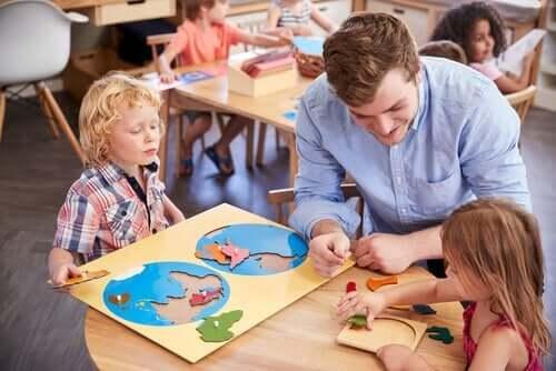 öğretmen ve masada öğrenen öğrenciler