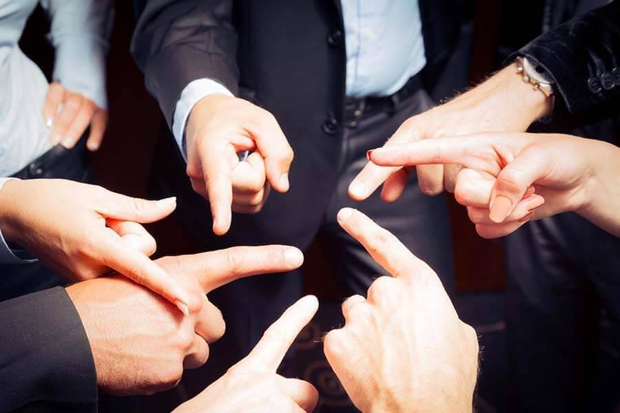 birbirlerini parmakla gösteren insanlar