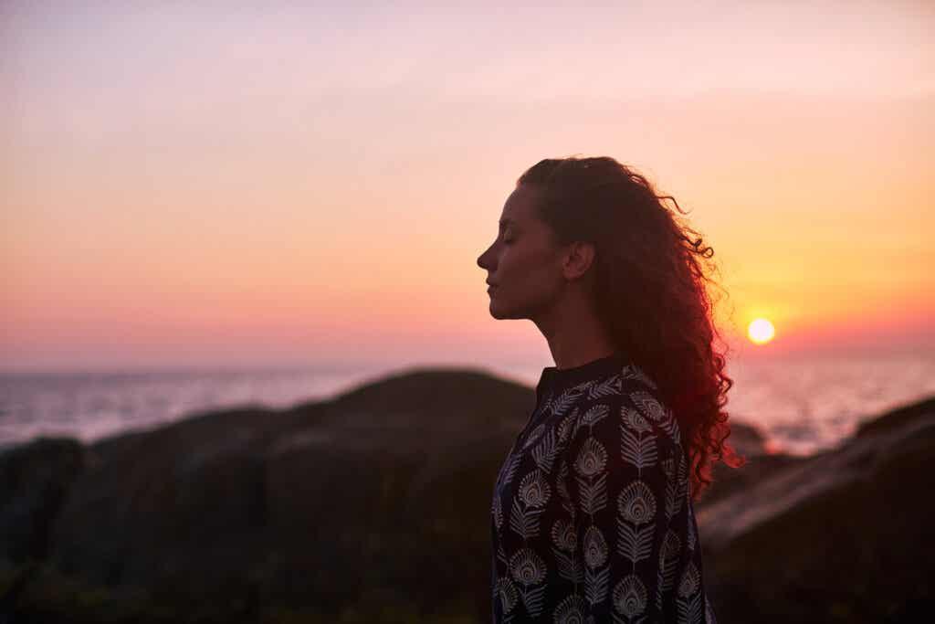 günbatımında huzurlu kadın