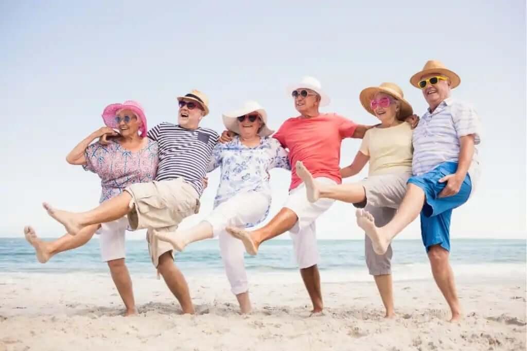 sahilde halay çeken yaşlı dostlar