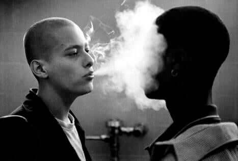 surata sigara dumanı üflemek