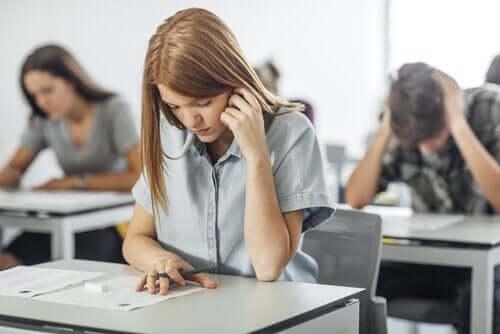 sınava giren genç kız