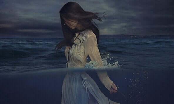 suda elbisesiyle duran kadın