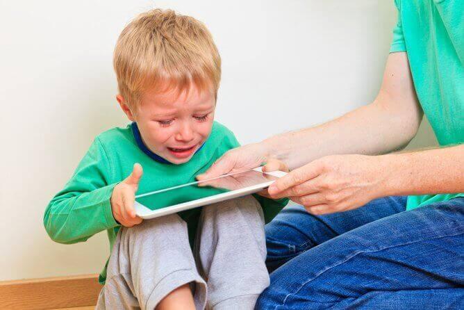 Ekranlar Çocukları Aşırı Uyarıyor ve Ruh Hallerini Değiştiriyor
