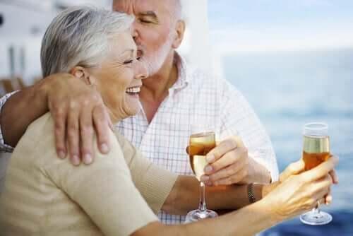 ellerinde içkiyle kutlama yapan mutlu çift