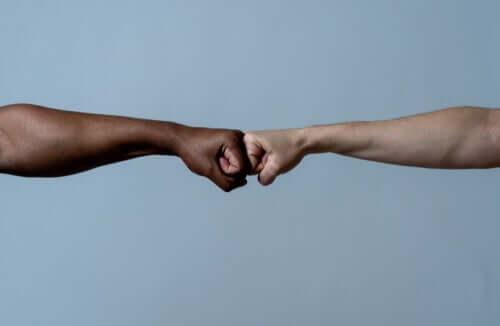 birbirlerine destek olan iki farklı renkli el